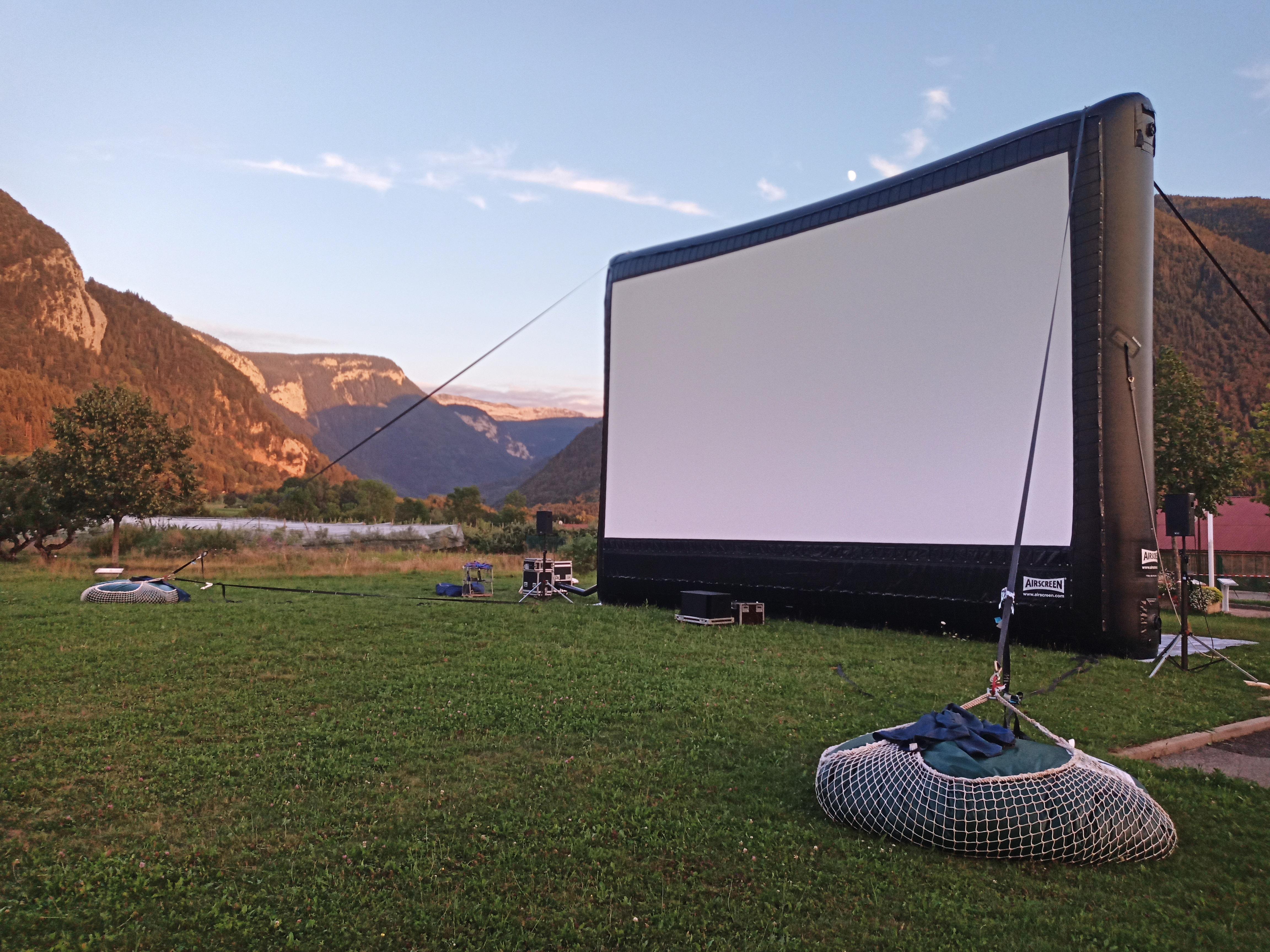 citernes souples d'eau lestant un écran de cinéma gonflable - FRANCE